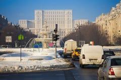布加勒斯特与议会大厦的城市交通 免版税图库摄影