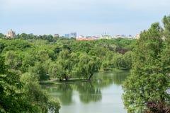 布加勒斯特共产主义公寓楼地平线视图 库存图片
