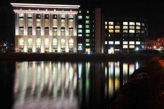 布加勒斯特国立图书馆在Dambovita河的 库存照片