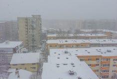 布加勒斯特在雪报道的市全景 免版税库存照片