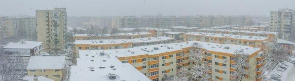 布加勒斯特在雪报道的市全景 免版税库存图片