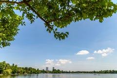 布加勒斯特地平线视图在Herastrau公园 免版税库存照片