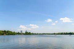 布加勒斯特地平线视图在Herastrau公园 免版税库存图片