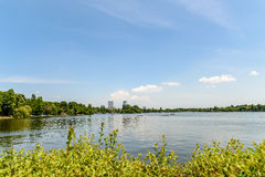 布加勒斯特地平线视图在Herastrau公园 库存照片