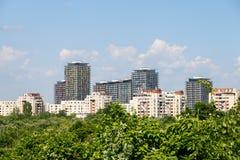布加勒斯特市在公园树的地平线视图 免版税库存图片
