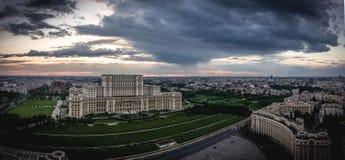 布加勒斯特市日落的地平线全景 鸟瞰图 免版税图库摄影