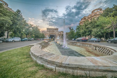 布加勒斯特罗马尼亚:在Unirii大道的喷泉 免版税图库摄影
