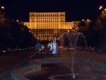 布加勒斯特罗马尼亚:从喷泉的议会在晚上 库存图片