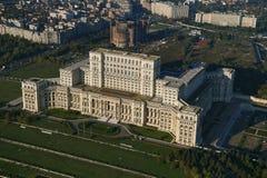 布加勒斯特,罗马尼亚, 2016年10月9日:议会的宫殿的鸟瞰图在布加勒斯特 库存照片