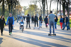 布加勒斯特,罗马尼亚, - 2016年4月2日:使用hoverboard,一个自平衡的单轮委员会的人们,在公园 社论内容 库存图片