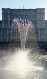 布加勒斯特,罗马尼亚:有议会的喷泉在背景中 免版税库存照片