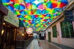 布加勒斯特,罗马尼亚- 28 04 2018年:彩虹在胜利段落,布加勒斯特的伞形顶街道 库存照片
