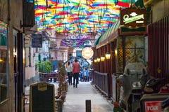 布加勒斯特,罗马尼亚- 28 04 2018年:彩虹在胜利段落,布加勒斯特的伞形顶街道 免版税库存图片