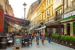 布加勒斯特,罗马尼亚- 28 04 2018年:游人在老镇和餐馆在街市Lipscani街,其中一上多数 库存照片