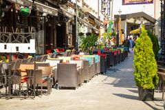 布加勒斯特,罗马尼亚- 28 04 2018年:游人在老镇和餐馆在街市Lipscani街,其中一上多数 免版税库存图片