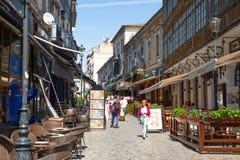 布加勒斯特,罗马尼亚- 28 04 2018年:游人在老镇和餐馆在街市Lipscani街,其中一上多数 免版税库存照片