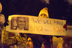 布加勒斯特,罗马尼亚- 2017年1月29日:一千个人通过罗马尼亚首都前进在星期三晚上抗议gove 免版税库存图片