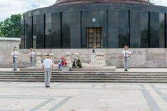 布加勒斯特,罗马尼亚- 2017年5月14日:卡罗尔公园在布加勒斯特,罗马尼亚 陵墓和改变的卫兵在背景中 免版税图库摄影