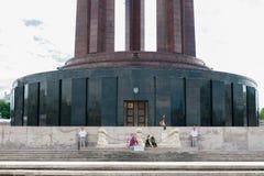 布加勒斯特,罗马尼亚- 2017年5月14日:卡罗尔公园在布加勒斯特,罗马尼亚 陵墓在背景中 免版税库存照片