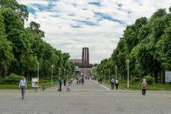 布加勒斯特,罗马尼亚- 2017年5月14日:卡罗尔公园在布加勒斯特,罗马尼亚 陵墓在背景中 库存照片