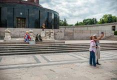 布加勒斯特,罗马尼亚- 2017年5月14日:卡罗尔公园在布加勒斯特,罗马尼亚 陵墓在背景中 采取Selfie的成人 库存图片