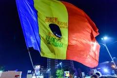 布加勒斯特,罗马尼亚- 2015年11月04日:某些30,000人在首都布加勒斯特的街道聚集在晚上 免版税图库摄影