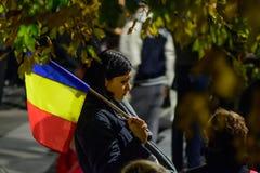 布加勒斯特,罗马尼亚- 2015年11月04日:某些30,000人在首都布加勒斯特的街道聚集在晚上 免版税库存图片