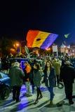 布加勒斯特,罗马尼亚- 2015年11月04日:某些30,000人在首都布加勒斯特的街道聚集在晚上 图库摄影