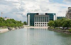 布加勒斯特,罗马尼亚- 2017年5月14日:河在布加勒斯特市,罗马尼亚 都市风景 国立图书馆在背景中 免版税库存图片
