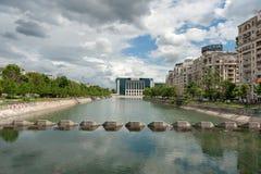 布加勒斯特,罗马尼亚- 2017年5月14日:河在布加勒斯特市,罗马尼亚 都市风景 免版税库存照片
