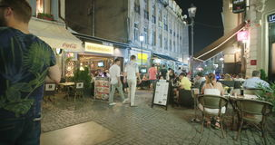 布加勒斯特,罗马尼亚- 2017年8月4日:老城市街道的游人 股票录像
