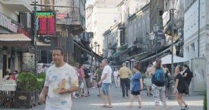 布加勒斯特,罗马尼亚- 2017年8月4日:许多游人走城市 股票录像
