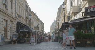 布加勒斯特,罗马尼亚- 2017年8月4日:走由商店的人时间间隔  股票视频