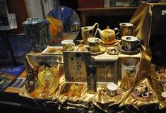 布加勒斯特, 12月1日:与Klimt艺术的窗口在从布加勒斯特的夜之前在罗马尼亚 库存照片