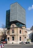 布加勒斯特, RO - 3月03日: 与葡萄酒Arhitecture的布加勒斯特现代结构组合在2013年3月03日在布加勒斯特,罗马尼亚。 免版税库存照片