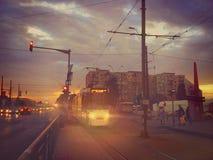 布加勒斯特1条电车线看法,都市日出交通 免版税库存照片