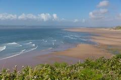 布劳顿海湾Gower半岛在罗西里附近的南威尔士英国靠岸的海滩海和波浪 库存照片