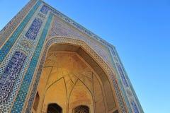 布哈拉:与全国马赛克的蓝色曲拱 免版税库存照片