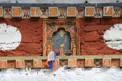布在廷布(不丹)附近的乡下佛教寺庙的位于的菩萨肖象垂悬了 库存照片