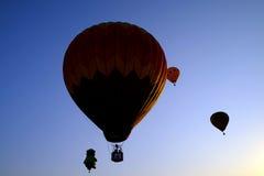 布城,马来西亚-热空气气球3月14,在飞行中在第7个布城国际热空气气球节日2015年3月14日 免版税库存图片