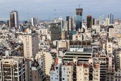 布宜诺斯艾利斯中心商务区Microcentro摩天大楼地平线在冬天在多云主角天空下 阿根廷,南,拉丁语 图库摄影