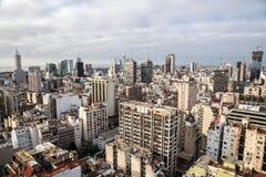 布宜诺斯艾利斯中心商务区Microcentro摩天大楼地平线在冬天在多云主角天空下 阿根廷,南,拉丁语 库存图片