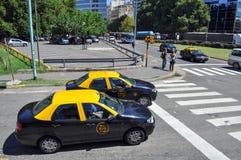 布宜诺斯艾利斯在街道上的市出租汽车 免版税库存照片