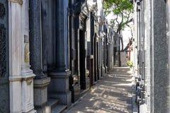 布宜诺斯艾利斯狭窄的段落的雷科莱塔公墓与阴影 免版税图库摄影