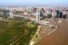 布宜诺斯艾利斯视图马德罗港邻里从天线的 库存图片