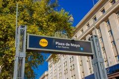 布宜诺斯艾利斯,阿根廷- 2016年5月02日:一个地铁站的入口的信号在一个好的白色大厦前面的 免版税库存图片
