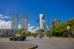 布宜诺斯艾利斯,阿根廷- 2016年5月02日:在a前面位于的接近河和一些现代大厦好的看法  免版税图库摄影