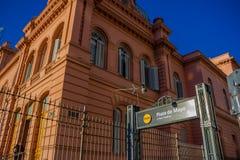 布宜诺斯艾利斯,阿根廷- 2016年5月02日:对一个地铁站的入口在位于五月广场的桃红色房子旁边 库存照片