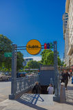 布宜诺斯艾利斯,阿根廷- 2016年5月02日:对一个地铁站的入口,在一条边路,有树和天空背景的 免版税库存照片