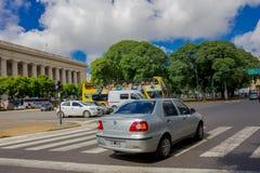 布宜诺斯艾利斯,阿根廷- 2016年5月02日:等待在红绿灯的游览车,当汽车穿过街道时 库存图片